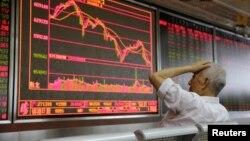 北京一家证券公司营业部的大屏幕(路透社2018年7月6日)
