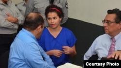 Amaya Coppens, activista belga-nicaraguense durante su juicio. Su familia denuncia que fue torturada por sujetos en la cárcel La Esperanza, ubicada en Managua. Noviembre 7 de 2018. Foto cortesía 19 digital.