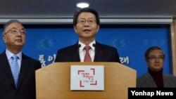 지난달 29일 류길재 한국 통일부 장관이 정부서울청사 브리핑룸에서 1월 중 남북간 상호 관심사에 대한 당국자 대화를 가질 것을 북측에 공식 제의하고 있다.
