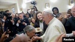 2013年7月25日教宗方济各在巴西访问了里约热内卢一个贫民窟的教堂,受到信徒的欢迎。