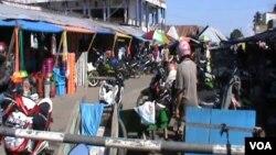 Aktivitas di Pasar Sentral Poso tampak normal pasca peristiwa baku tembak sehari sebelumnya di wilayah itu (Foto: VOA/ Yoanes Litha)