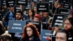 지난 10월 터키 앙카라 대학 학생들이 철도역 연쇄 자살폭탄 공격으로 숨진 100여 명의 희생자들 이름이 적힌 카드를 들고 테러 행위를 규탄하고 있다. (자료사진)