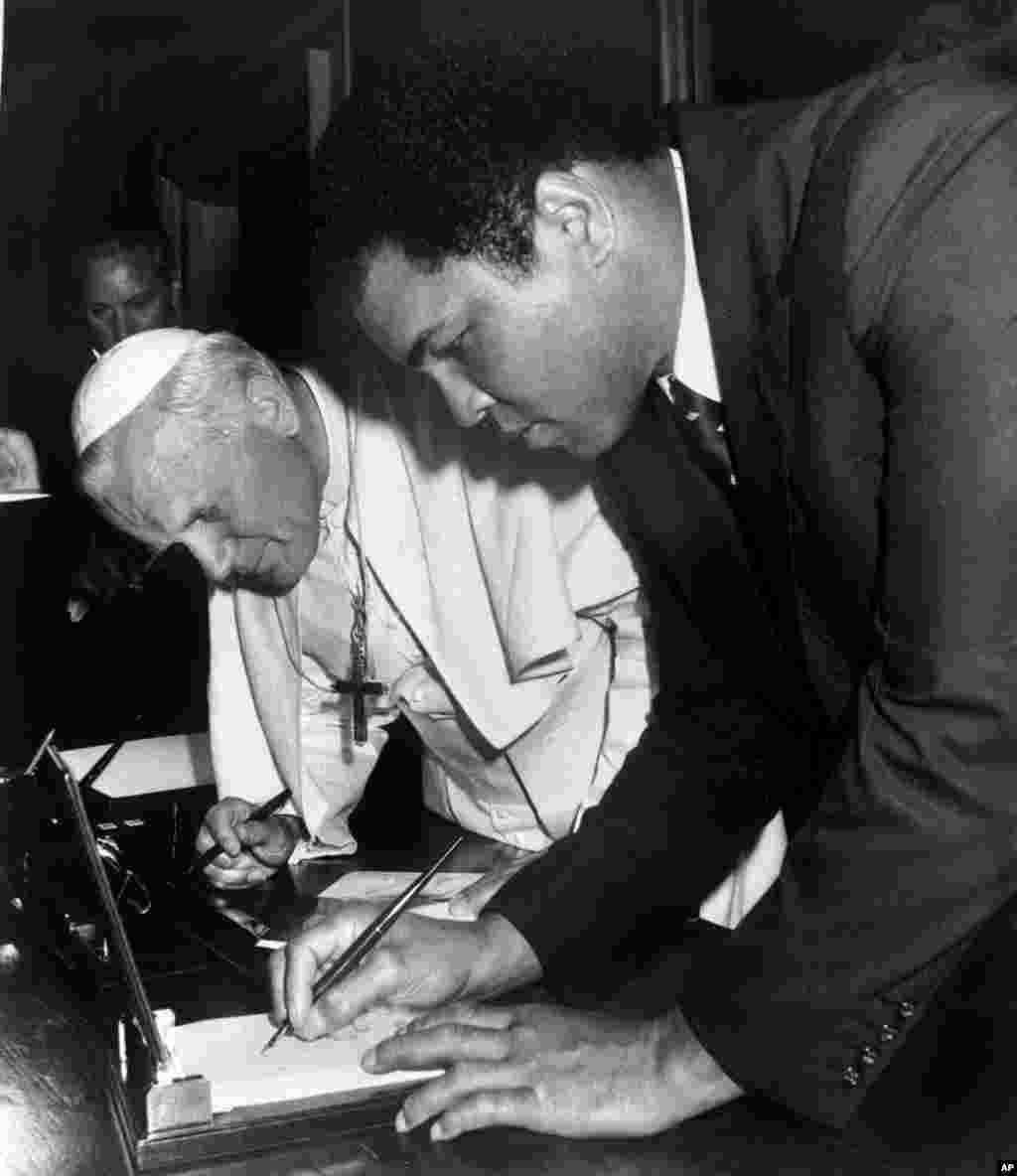محمد علی و پاپ جان پل دوم در ۱۹۸۲ در وایتکان.