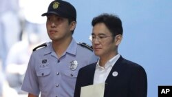 Phó Chủ tịch Samsung Electronics Lee Jae-yong, (phải), rời tòa sau khi bị tuyên án 5 năm tù, hôm thứ Sáu 25/8/2017. (Chung Sung-Jun/Pool Photo via AP)