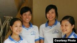 Các em nữ sinh nhận được học bổng của Quỹ châu Á ở tỉnh An Giang. (Ảnh: Asia Foundation)