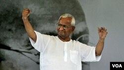 Aktivis anti-korupsi India, Anna Hazare melambai ke arah para pendukungnya pada hari ke-12 mogok makan di New Delhi (27/8).