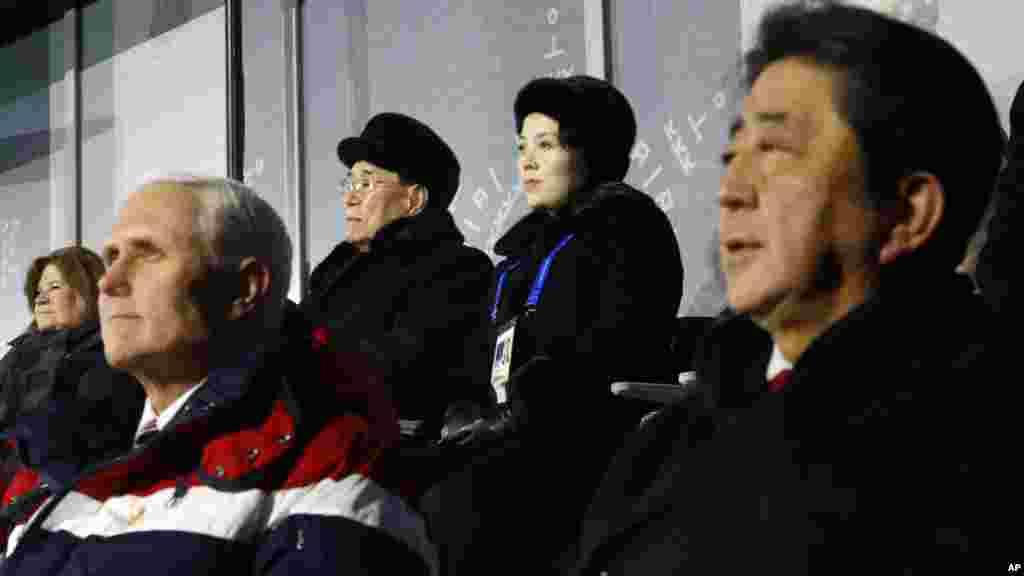 Kim Yong Nam, le président du Présidium du Parlement nord-coréen, et Kim Yo Jong, sœur du leader nord-coréen Kim Jong Un, en haut à droite, assis derrière le vice-président américain Mike Pence et le Premier ministre japonais Shinzo Abe, Pyeongchang, Corée du Sud, le 9 février 2018