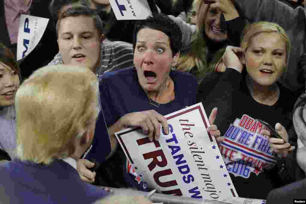 លោកស្រី Robin Roy (រូបកណ្តាល) ភ្ញាក់ផ្អើលនៅពេលដែលលោក Donald Trump បេក្ខជនប្រធានាធិបតីមកពីគណបក្សសាធារណរដ្ឋ ស្វាគមន៍លោកស្រីនៅក្នុងការប្រមូលផ្តុំសម្រាប់យុទ្ធនាការមួយនៅក្នុងក្រុង Lowell រដ្ឋ Massachusetts កាលពីថ្ងៃទី៤ ខែមករា ឆ្នាំ២០១៦។