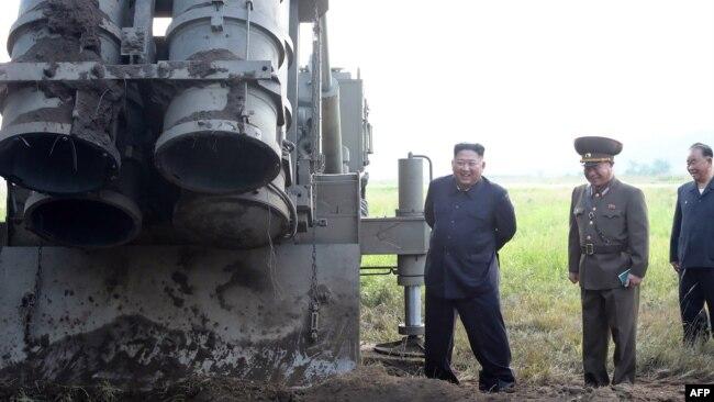"""Lãnh đạo Triều Tiên Kim Jong Un có mặt tại một địa điểm thử nghiệm phi đạn """"siêu đại"""" vào tháng 9/2019."""