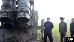 Ông Kim Jong Un đi thị sát một bệ phóng tên lửa hồi tháng 9