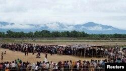 罗兴亚难民在孟加拉国难民排队领取食物