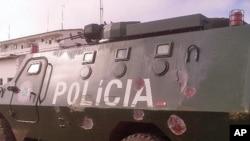 Blindado da policia de Moçambique, baleado pelos antigos guerrilheiros da Renamo, durante o raide contra a delegação do principal partido da oposição em Nampula