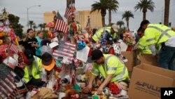 Працівники знімають тимчасовий меморіал, присвячений пам'яті жертв масової стрілянини 1 жовтня 2017 р., 12 листопада 2017 р. у Лас-Вегасі.