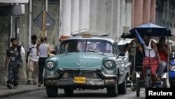 Luego de décadas de prohibición los cubanos pueden comprar y vender automóviles de uso.