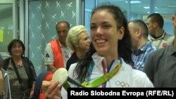 Reprezentativka Srbije u tekvondou Tijana Bogdanović, koja je osvojila srebro u kategoriji do 49 kiloghrama na Olimpijskim igrama u Riju, prilikom dolaska na beogradski aerodrom (Foto: RFE)