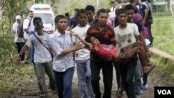 Warga Aceh melakukan latihan menghadapi bencana tsunami dalam peringatan 5 tahun tsunami Aceh (foto dok: 26 Desember 2009).