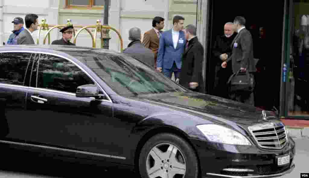 در دومين روز از مذاكرات هستهایمحمد جواد ظریف، وزیر امور خارجه ایران، پس از پنج ساعت گفتگو با جان کری، وزیر خارجه ایالات متحده، به ديدار همتايان اروپايیاش سفری چند ساعته به بروكسل داشت.
