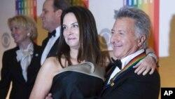 آقای هافمن ۸۰ ساله در کنار همسرش لیزا، در سال ۲۰۱۲ مدال هنر مرکز کندی را دریافت رده بود.