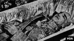 این آخرین تصویر از جسد رضا شاه پهلوی قبل از خاکسپاری در عبدالعظیم شهر ری است.