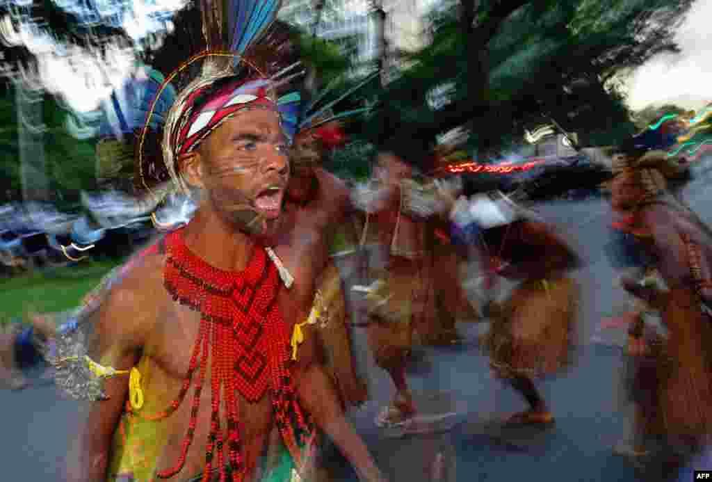 Brezilya yerlileri, kendilerine ait olduğunu iddia ettiği toprakların hükümet tarafından onaylanmaması üzerine yaptıkları danslı protesto fotoğrafa böyle yansımış.
