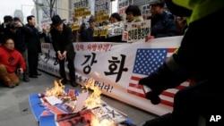 Người biểu tình ở Nam Triều Tiên đốt cơ Bắc Triều Tiên và ảnh của nghi can tấn công Đại sứ Mỹ trong cuộc biểu tình lên án vụ tấn công, 5/3/15