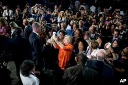 民主党的希拉里•克林顿在佛罗里达演讲后自拍,和听众合影。(2016年8月8日)