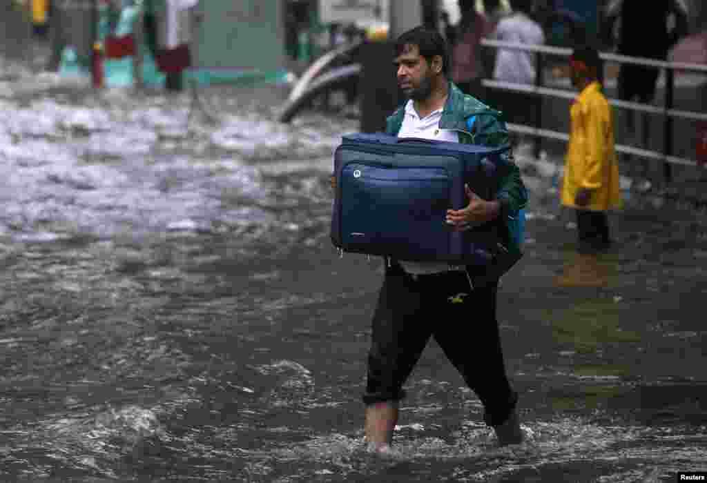 موسلادھار بارشوں سے سڑکیں دریا کا منظر پیش کرنے لگیں، تریفک کا نظام درہم برہم ہوگیا جب کہ لوگوں کو محفوظ مقامات کی طرف بھی منتقل ہونا پڑا۔