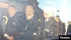 지난 11일 영국 주재 에콰도르 대사관에서 체포된 줄리언 어산지 씨가 런던의 웨스트민스터 치안법원에서 떠나고 있다.