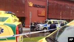 Servicios de emergencia acudieron al lugar del ataque después que un hombre enmascarado atacara a la gente con una espada, en la escuela Kronan, en el sur de Suecia, el jueves, 22 de octubre de 2015.