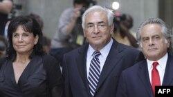 El ex director del FMUI, Dominique Strauss-Kahn, centro, sale de la corte de Manhattan, junto a su abogado y su esposa en 2011.