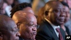 Le président Jacob Zuma (au centre) et le député-président Cyril Ramaphosa (à droite) attendent les résultats des élections à Pretoria, Afrique du sud, le 6 août 2016.