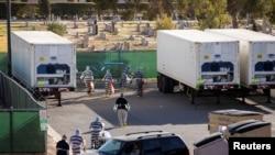 Kamionë-frigoriferë të sjellë për trupat e viktimave nga COVID-19 që kanë mbingarkuar spitalet në El Paso, Teksas; 15 nëntor 2020