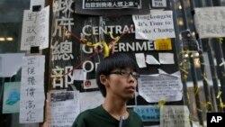 Sinh viên Joshua Wong 17 tuổi lãnh đạo phong trào xuống đường ở Hong Kong đứng trược trụ sở chính phủ sau một cuộc họp báo trong khu vực biểu tình ở trung tâm Hong Kong, 9/10/14