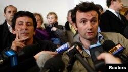 Jurnalis Perancis Thomas Dandois (kanan) dalam sebuah konferensi di Paris setelah dibebaskan oleh kelompok pemberontak di Niger. (Foto: Dok)