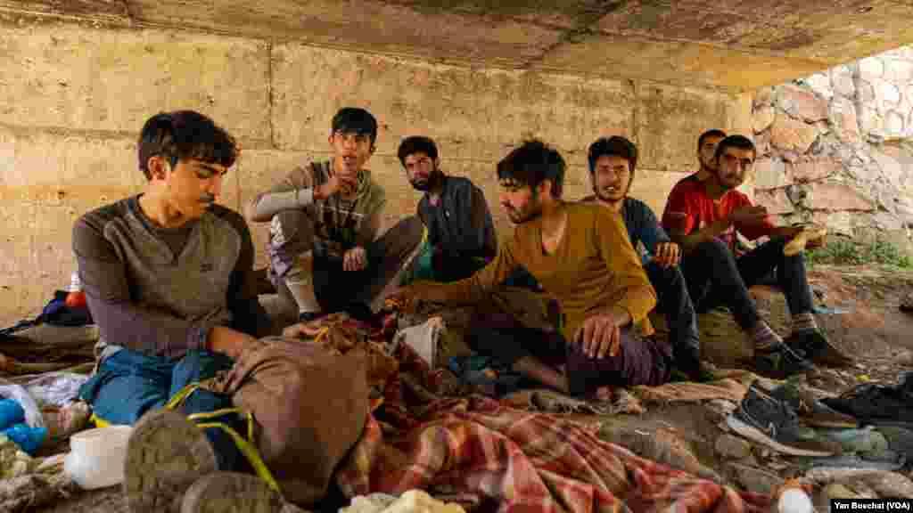 دغه ځوانان وایي وروسته له هغې چې طالبانو یې کلي ونیول پرته له هیڅ ډول وسایلو له خپلو سیمو تښتیدلي دي.