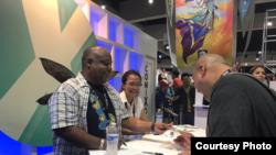 Komikus Ariela Kristantina (kanan) bersama penulis Marc Bernadine (kiri) saat menanda-tangani komik di Comic-Con (dok: Superfan/Pamela Mullin Horvath)
