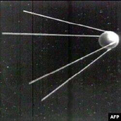 Sovyetler Birliği'nin uzaya gönderdiği ilk uydunun ardından paniğe kapılan Amerika, bilim ve teknoloji eğitimi ve yatırımlarına ağırlık vermiş, NASA'yı kurmuştu