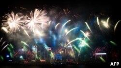 1일 홍콩 번화가에서 새해 맞이 폭죽이 터지고 있다.