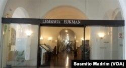 Pintu masuk kantor Lembaga Biologi Molekuler Eijkman di Jakarta. (Foto: Sasmito Madrim/VOA)