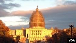 脚手架覆盖着美国国会大厦圆顶的外围。(美国之音平章拍摄)