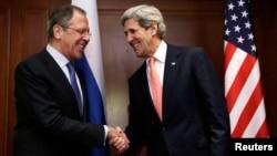 지난 2월 독일 베를린에서 회동한 세르게이 라브로프 러시아 외무장관(왼쪽)과 존 케리 미국 국무장관. (자료사진)