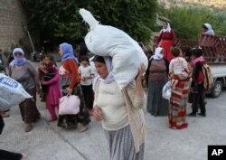 Sau khi phân phát đồ cứu trợ cho những người tị nạn ở núi Sinjar, chiếc trực thăng đưa một số trẻ em bị thất lạc đến các khu vực an toàn của người Kurd ở Iraq.