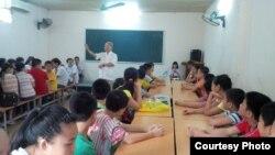Nhà giáo Phạm Toàn và các em học sinh.