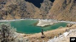 Hồ nhỏ này là tất cả những gì còn lại của một băng sơn gần thị trấn Batijilaca, Bolivia