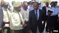 Director dos Serviços Prisionais do Namibe, Samuel Jamba (esq) com o governador Isaac dos Anjos (VOA / Armando Chicoca)