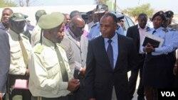 Director dos Serviços Prisionais do Namibe, Samuel Jamba (esq) com o governador Isaac dos Anjos, durante uma visita deste à prisão de Bentiaba, antiga prisão de São Nicolau (VOA / Armando Chicoca)