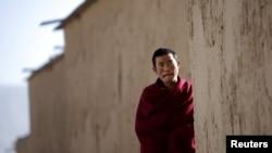 Một nhà sư Tây Tạng đi dọc theo con hẻm nhỏ tại tu viện Labrang ở Trung Quốc