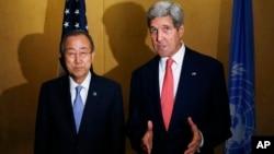 ລັດຖະມົນຕີຕ່າງປະເທດສະຫະລັດ ທ່ານ John Kerry (ຂວາ) ແລະ ເລຂາທິການໃຫຍ່ຂອງສະຫະປະຊາຊາດ ທ່ານ Ban Ki-Moon ຖະແຫລງຂ່າວຮ່ວມກັນ ຢູ່ນະຄອນຫຼວງໄຄໂຣ ຂອງປະເທດອີຈິບ ເມື່ອ ວັນທີ 21 ກໍລະກົດ 2014.