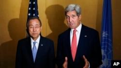 Ngoại trưởng Mỹ John Kerry và Tổng Thư ký LHQ Ban Ki-Moon nói chuyện với báo giới tại Cairo, Ai Cập, ngày 21/7/ 2014.