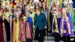 Ski yaparken kalçasını kıran Başbakan Angela Merkel Berlin'de bir toplantıya koltuk değnekleriyle gelirken